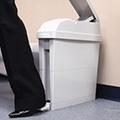 Roskis kannella jätesäkit ja roska-astiat sekä bioska roskapussit musta jätesäkki sekä jäteastia heti varastosta
